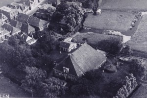 Op de voorgrond de boerderij van de familie De Haan.